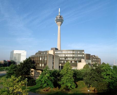 Der Düsseldorfer Landtag und der Rheinturm (c) Alle Rechte liegen beim Landtag NRW