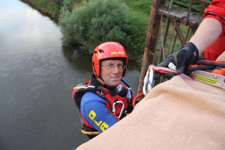 Thomas Marquardt nimmt an einer Höhenretterübung der DLRG Münster teil und lässt sich von der alten Kanalüberführung abseilen