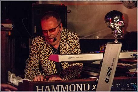 Richard Rossbach am Keyboard auf der Bühne mit Rock Tales