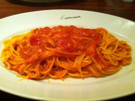 初めてカプリチ〇ーザに行きました、。 タイトルのスパゲティを食べたくて、。 このトマトとニンニクのスパゲティはダウンタウンの松ちゃんが超~好きみたいで、これを食べたらイタリアに行った気分になると言っていたので、前々から気になっていたんです! (他の芸人も認めてたし、。)  で、行くしかないっしょ!ってことで行って来ました。  で、評価:イタリアに行った気分にはなりませんでした、。(涙) でも不味いってことじゃなく、そこまではってことですよ。 実際、人気№1商品とメニューに記載されてたし。。。