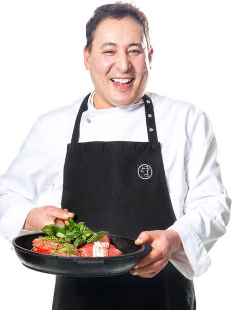 Unser Koch: Herr Bourrass kann was! Seit vielen Jahren kocht er unsere leckeren Mittagsgerichte und ist verantwortlich für den Cateringservice. Gelernt hat Herr Bourras im Excelsior Hotel Ernst und er ist Koch aus Leidenschaft!
