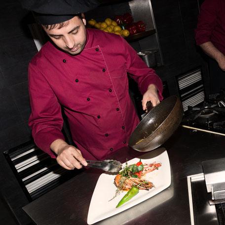 Der Chefkoch beim Zubereiten einer Speise