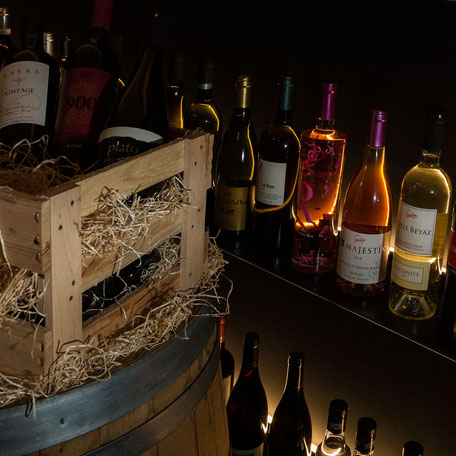 Blick in den offenen Weinkeller