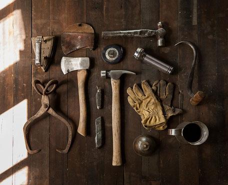 Werkzeuge auf Holztisch