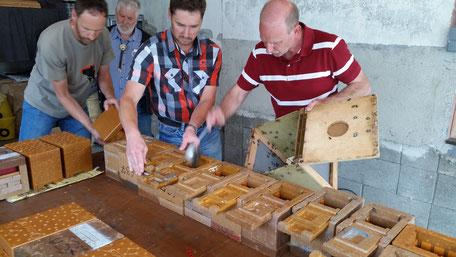 Befüllen der Begattungskästchen mit Pflegebienen und Futtervorrat