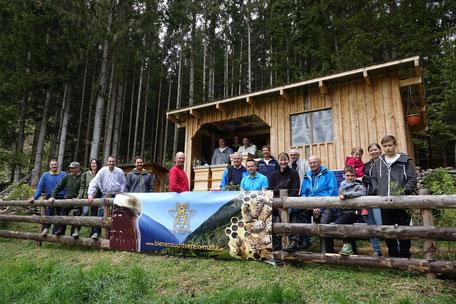 Präsentation des neuen Vereinslogos am neuen Bienenstand von Egarter Andreas
