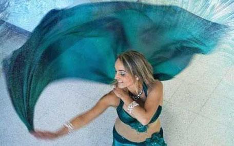 dansande tjej sveper ett tygstycke i luften
