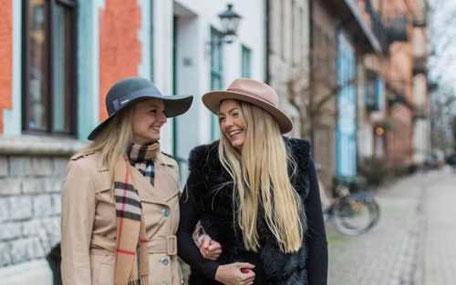 Två tjejer i hattar