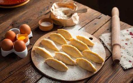 pasta lagas från grunden med ägg, mjöl och kavel