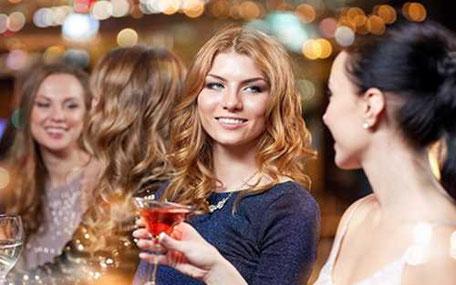 tjejer dricker cosmopolitan