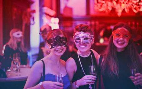 tre tjejer med mask och mousserande