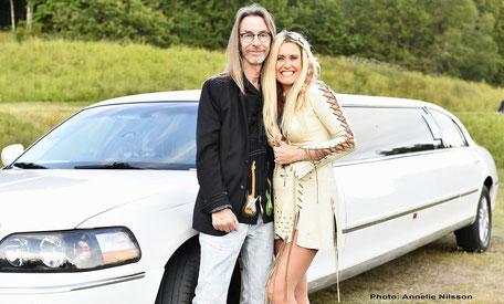 Man och kvinna framför vit limousine