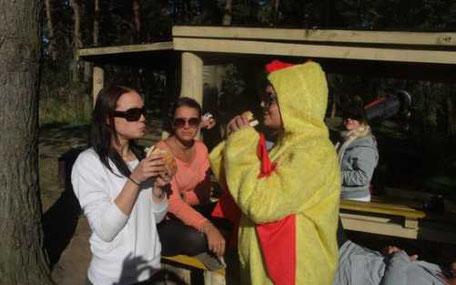 tjej i kycklingdräkt