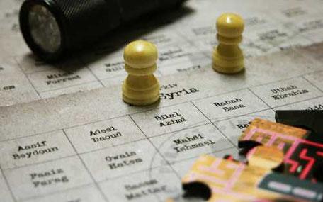 gula spelpjäser på spelplan