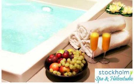 frukt och juice vid bubbelpool på spa