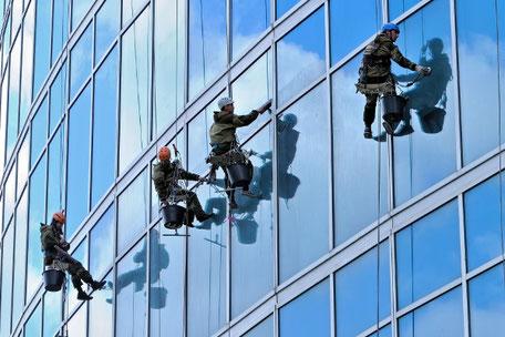 Fensterreiniger Hochhaus hohe Gebäude Industriekletterer Fisat Level 3 Stuttgart Nürnberg Frankfurt München Mannheim