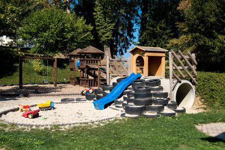 Spielplatz neben Terrasse Restaurant Bienenberg