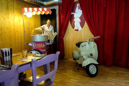 Kinderfreundliches Restaurant mit Zuckerwatte und Vespa