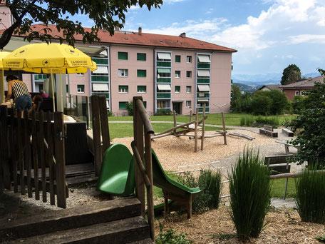 Terrasse mit Blick auf den Spielplatz