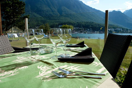 Restaurant mit Terrasse und Badestrand für Kinder