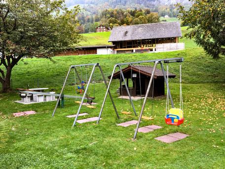 Spielplatz mit Schaukeln, Wippen und Spielhaus