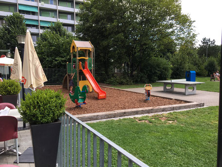 Sicht von Terrasse auf Spielplatz