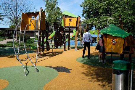 Spielplatz für Kinder vor der Restaurantterrasse