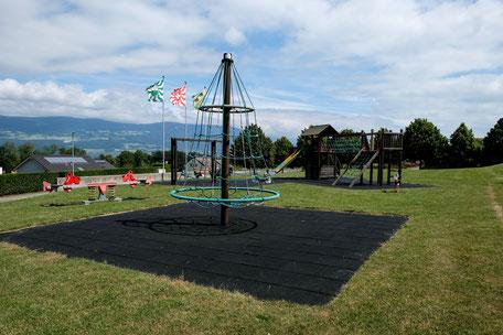 Terrasse mit Blick auf Spielplatz für Kinder