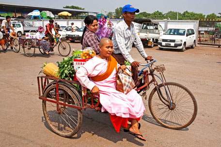 Nonne nach dem Markteinkauf in Yangon/MYANMAR
