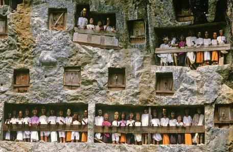 Felsengräber bewacht von Tau Tau, Toraja - INDONESIEN