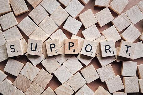 Das Wort Support gedruckt auf Holzwürfeln