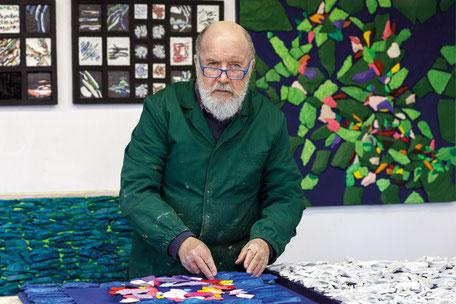 Il maestro Enzo Valentinuz nel suo studio di Romans d'Isonzo