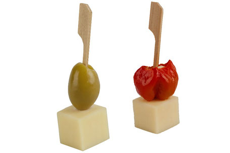 Käsewürfel mit Olive und Mini Paprika