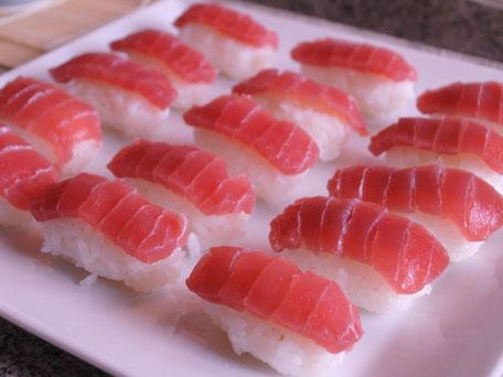 Sushi Reis belegt mit frischem Thunfisch