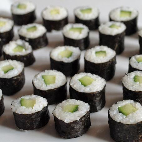 Frische Salatgurken eingerollt in Sushi Reis und Nori Blätter