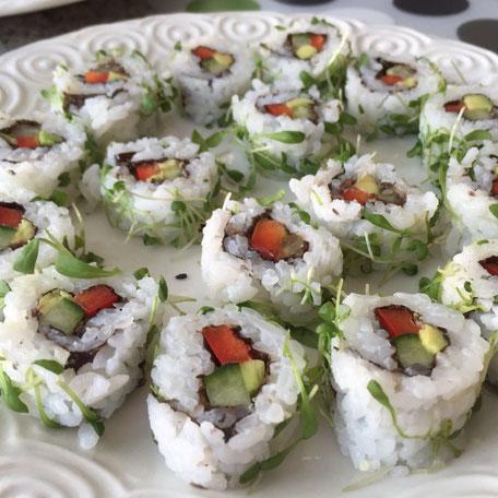 Avocado, Gurke, Peperoni umhüllt von Sushi Reis und Kresse