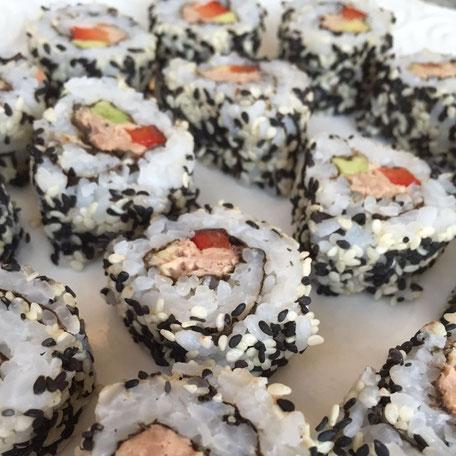 Thunfisch, Avocado, Peperoni umhüllt von Sushi Reis und Sesam