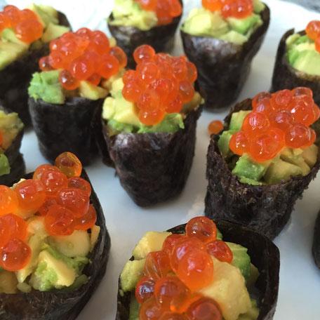 Gunkan gefüllt mit Avocado garniert mit Lachsrogen