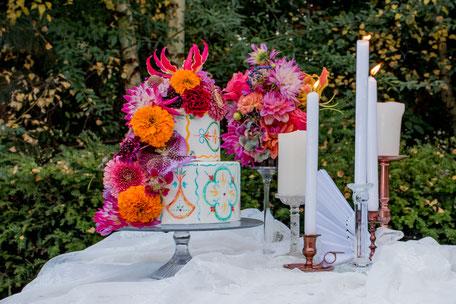 weddingcake fresh flowers styling bruidstaart kaarsen bloemen spaans kleurrijk