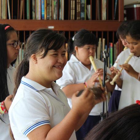 Kinder des Colegio Ekklesía in Cali, Kolumbien. Kolumbien direkt e.V. übernimmt Patenschaften für Kinder