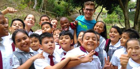 Kinder des Colegio Ekklesía in Cali, Kolumbien mit dem Gründer Laurin Waldmann von Kolumbien direkt e.V.