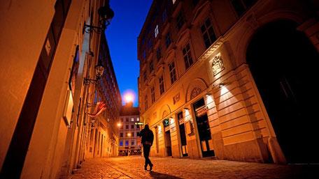 Synagoge im Szeneviertel: Die Wiener Seitenstettengasse beim Schwedenplatz wurde Tatort eines islamistischen Terroranschlags. Inmitten des Bermudadreiecks befindet sich auch der jüdische Stadttempel.  Foto: APA / GEORG HOCHMUTH