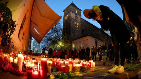 Menschen vor einem Kerzen- und Blumenmeer an einem der Tatorte vor der Ruprechtskirche in der Wiener Innenstadt. © APAWeb/Barbara Gindl