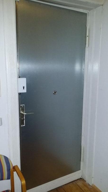 Tür mit Stahlblech Stangenschloss montiert