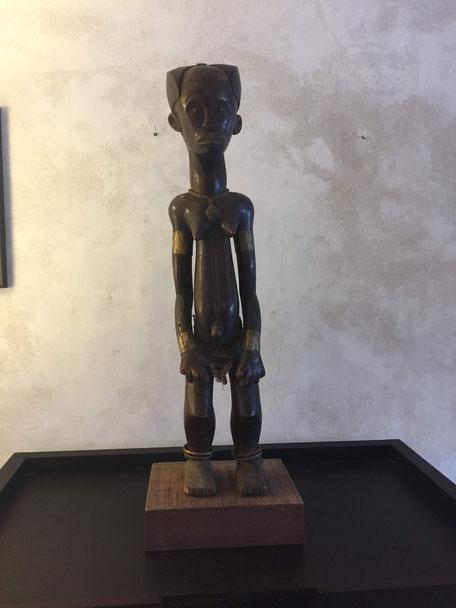 Héritages des Arts Premiers - Statuette Fang/Mabea/Cameroun - Bois, laiton, fibres naturelles -  73cm (81cm avec socle) - L160/5 DISPONIBLE