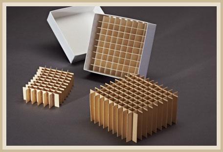 Gefache aus Holzschliffpappe mit passendem Stülpdeckelkarton.