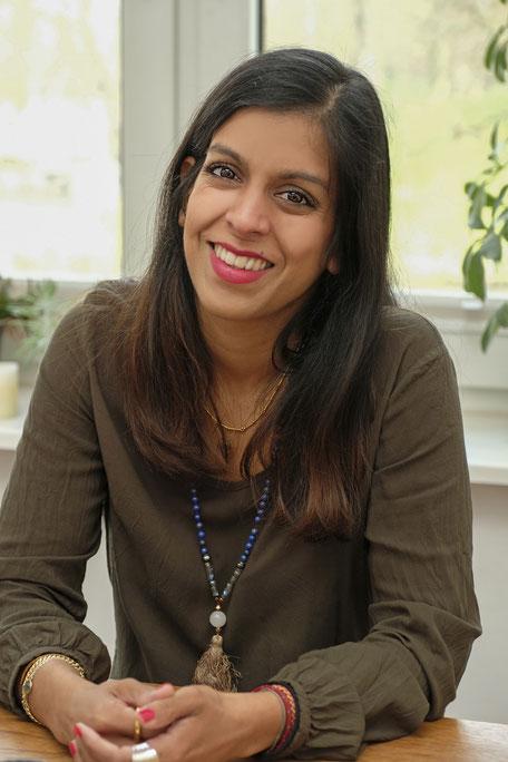 Yogalehrerin Zahra Lindenblatt spricht im MOMazing-Interview über Yoga, Kinder und Ayurveda.