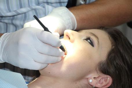 Arzt beim Behandeln einer jungen Dame