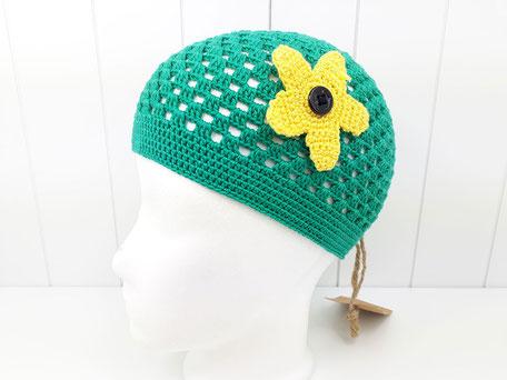 luftige Häkelmütze für Mädchen in grün mit gelber Blume