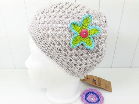 luftige Häkelmütze für Mädchen in grau mit Blume